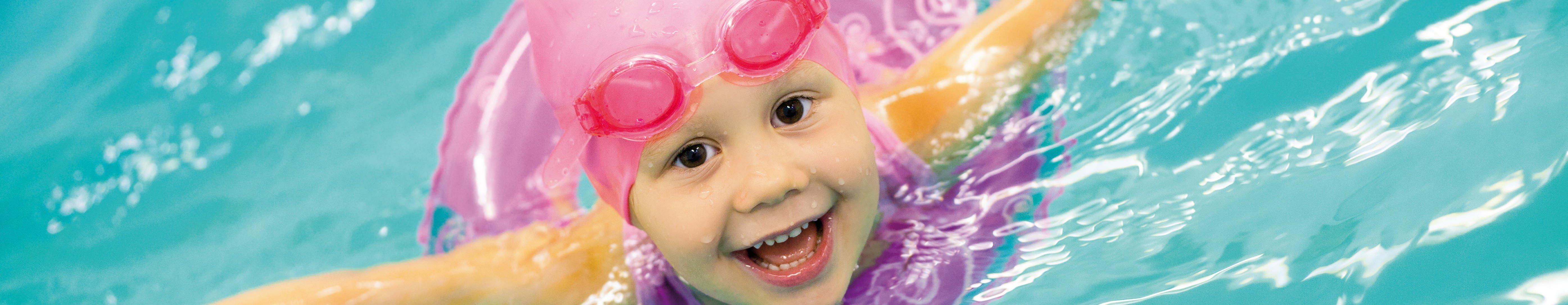 Kind-im-Schwimmbad